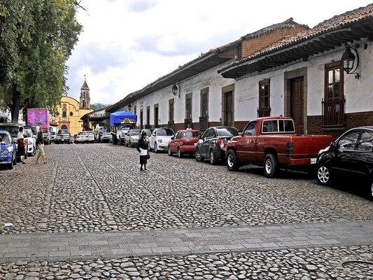 1280px-Pátzcuaro,_edificios_4