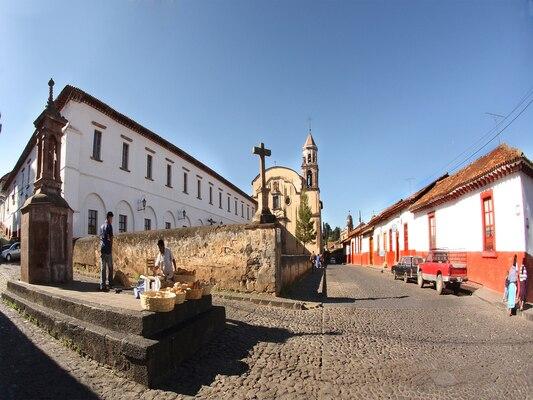 2048px-Pátzcuaro_Michoacán_exconvento_Jesuita_Hoy_Casa_de_la_Cultura